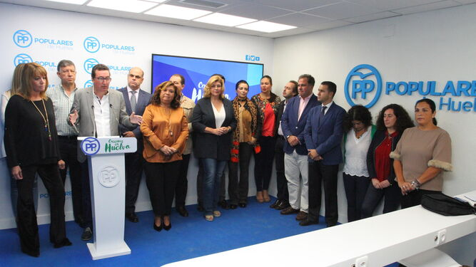 Los miembros de la cúpula provincial del PP, junto a siete de los ocho ediles del grupo municipal en el Ayuntamiento de Huelva, ayer, en la sede provincial del partido.