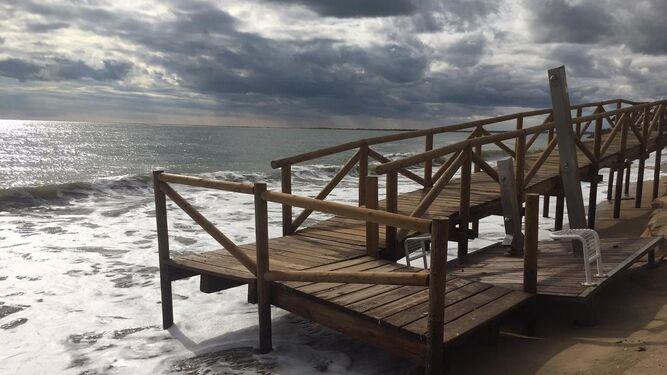 Las olas han borrado prácticamente la playa.