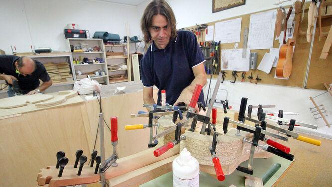 fábrica de sueñosLa construcción artesana de la guitarra española
