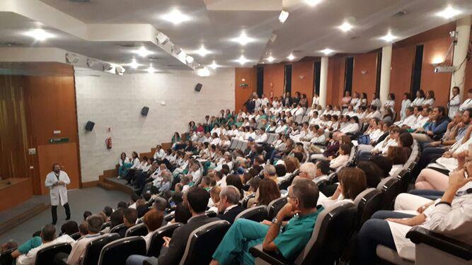 El director gerente, Antonio León, presenta la Estrategia de Crecimiento del Hospital Juan Ramón Jiménez a los profesionales sanitarios.