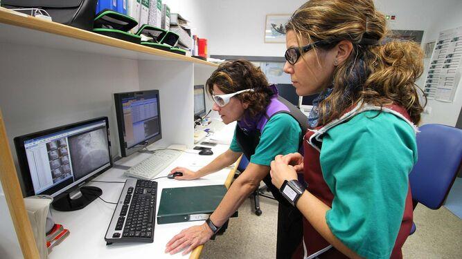 Las especialistas supervisan el desarrollo de la técnica.