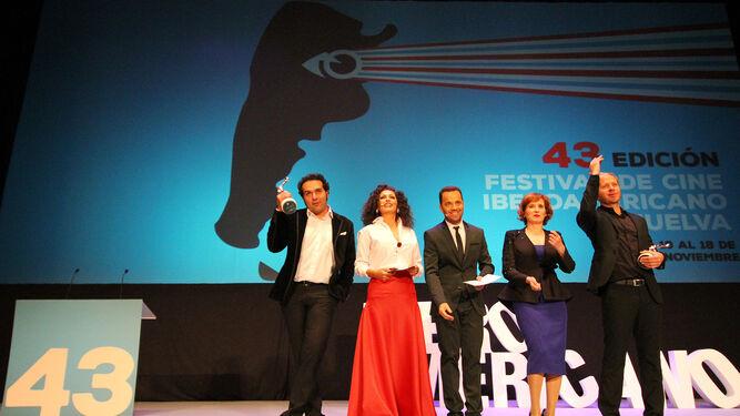 Sánchez y López saludan al final de la gala, acompañados por los presentadores del evento, los actores onubenses Luichi Macías y Dani Mantero, y la actriz Mari Paz Sayago, que les entregó los galardones.