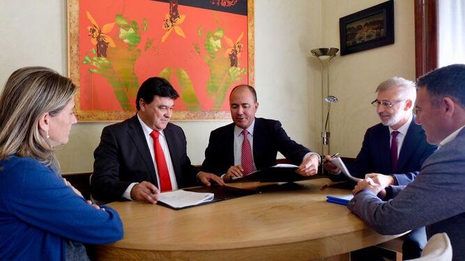 Firma del nuevo contrato de gestión del parking municipal.