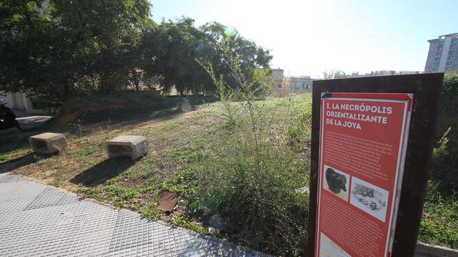 Cartel informativo de la necrópolis orientalizante de la Joya, en la calle Fray Junípero Serra.