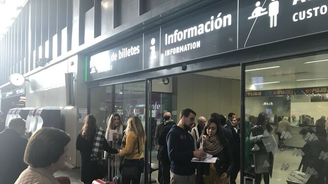 Viajeros del Alvia de las 08:00, a la espera de coger el AVE en Santa Justa, donde llegaron en autobús.