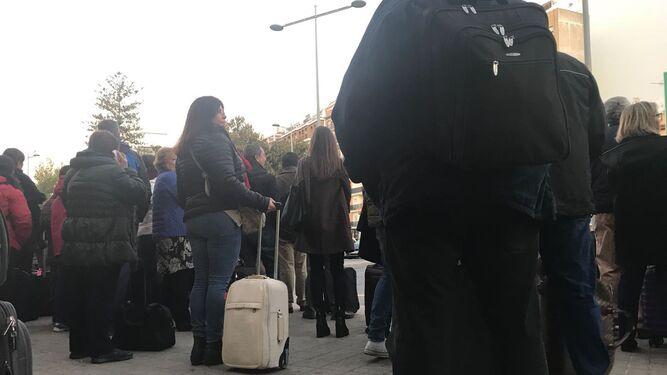 Los pasajeros del tren a Madrid, a la espera del autobús hacia Sevilla.