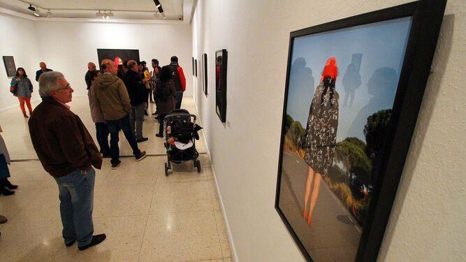 Público en la sala Siglo XXI durante la inauguración de la muestra de la artista onubense Ángeles Santotomás.