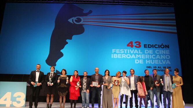 Foto de familia de los premiados del palmarés oficial de la 43 Festival de Cine Iberoamericano de Huelva, al término de la gala de clausura en el auditorio de la Casa Colón.