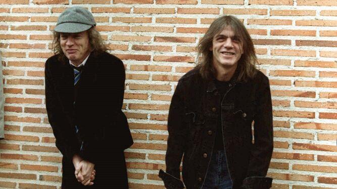 Muere Malcolm Young (d) junto a su hermano Angus en Madrid.