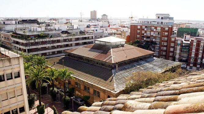 La interesante cubierta del edificio desde una vista tomada de la torre de la parroquia de San Pedro.