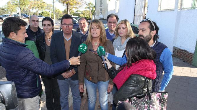 Los populares, ayer, a las puertas de la Ciudad Deportiva.