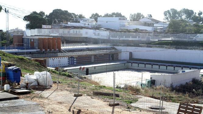 Estado actual de la piscina, tras ser cerrada en septiembre del pasado año por daños estructurales en el vaso y la cubierta, y problemas de estanquidad.