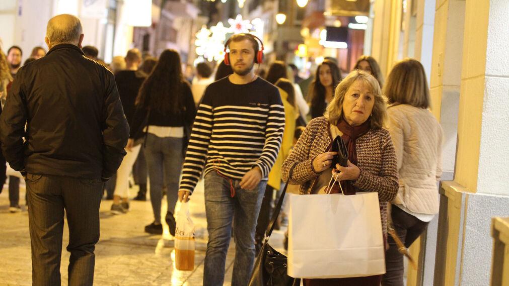 Día de compras en el Black Friday por las calles del centro
