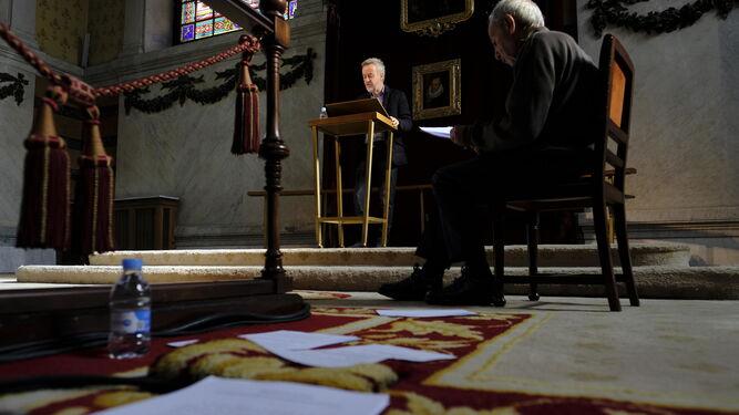 José Luis Gómez, sentado, sigue la lectura de Carlos Hipólito durante el último ensayo, el viernes en la RAE.