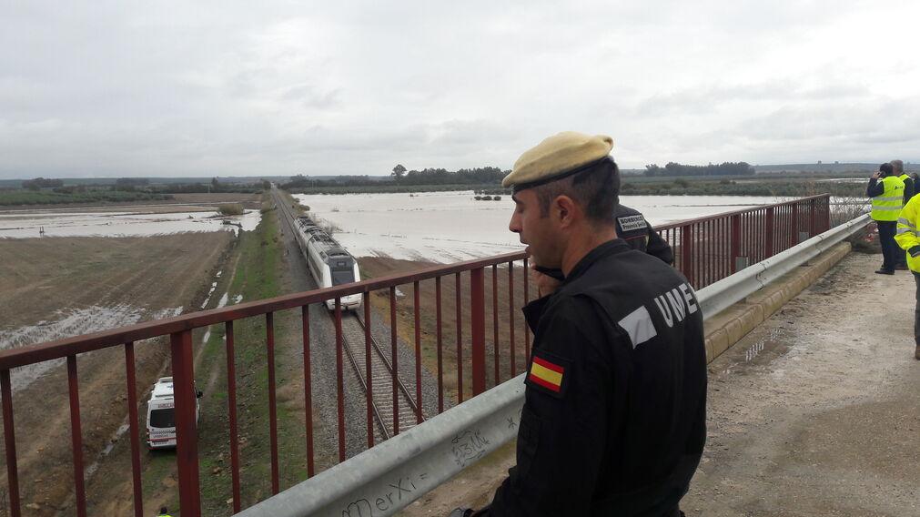 Un militar de la UME observa el lugar del descarrilamiento