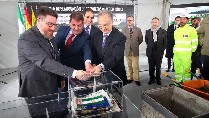 El consejero, el alcalde de Jabugo y el presidente de ElPozo Alimentación cierra la urna con la primera piedra de la planta de elaboración de productos ibéricos.