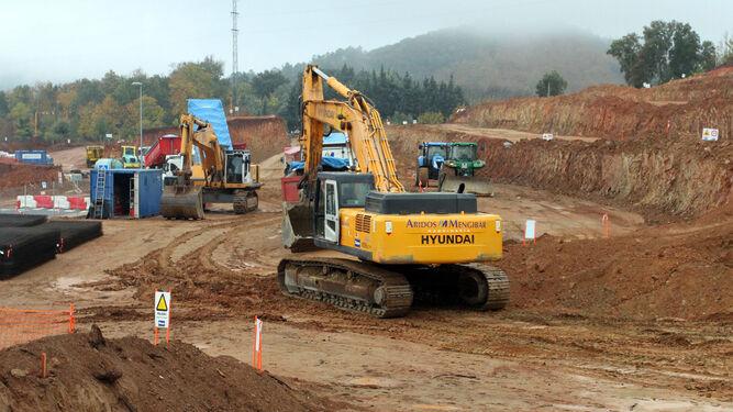 Las máquinas realizan movimiento de tierra en el lugar donde se construirá la planta.