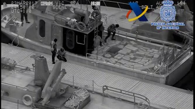 Imágenes del helicóptero que captó a los cinco participantes en el alijo del 23 de marzo en plena acción.