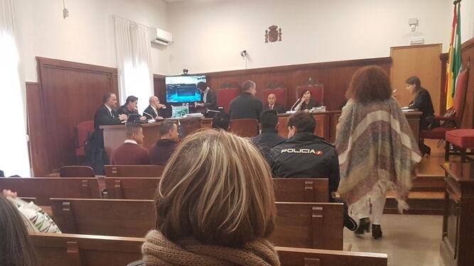 Un instante del plenario celebrado ayer en la sala de vistas de la Sección Tercera de la Audiencia de Huelva.