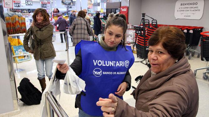 con el Banco de Alimentos mediante bolsas especiales que reciben de los voluntarios a la entrada de los supermercados.  El presidente de la asociación, Juan Manuel Díaz, inauguró la campaña en el nuevo supermercado El Jamón de la calle Rábida.