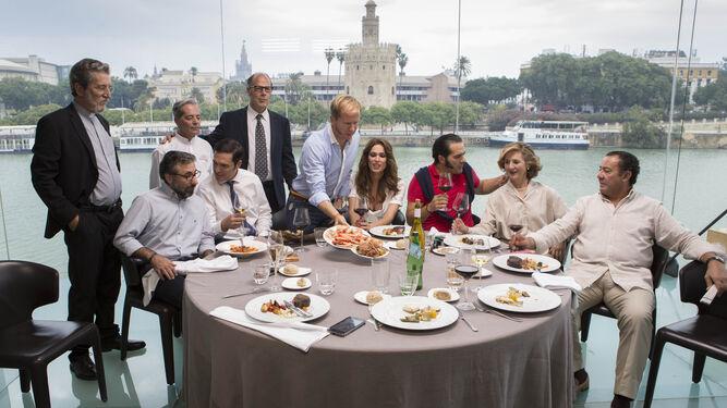 Receso en el rodaje de una escena de 'El mundo es suyo' en el restaurante Abades de la calle Betis.
