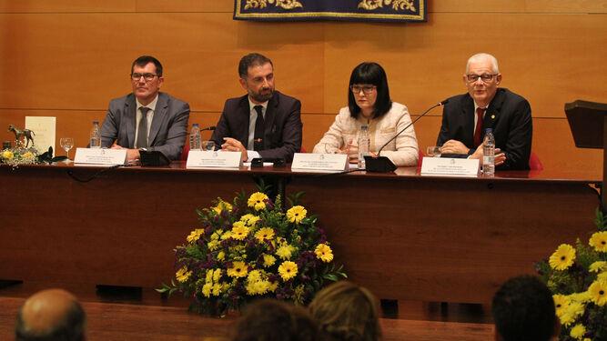 El diputado provincial Antonio Beltrán; el alcalde de Moguer y presidente de la Fundación, Gustavo Cuéllar; la delegada de Cultura de la Junta en Huelva, Carmen Solana; y el vicerrector de la UHU Juan A. Márquez.