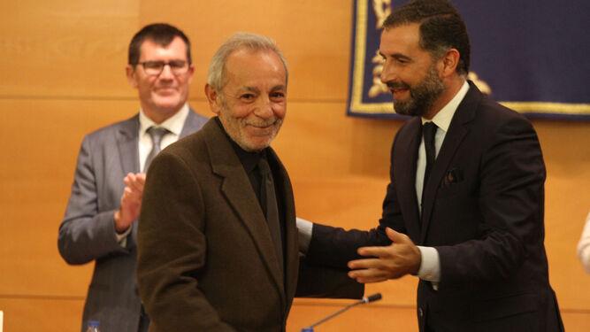 José Luis Gómez es felicitado por el alcalde de Moguer, Gustavo Cuéllar.