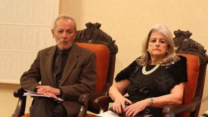 El actor y director teatral onubense José Luis Gómez y la representante de los herederos del Nobel, Carmen Hernández-Pinzón, en el acto de ayer.