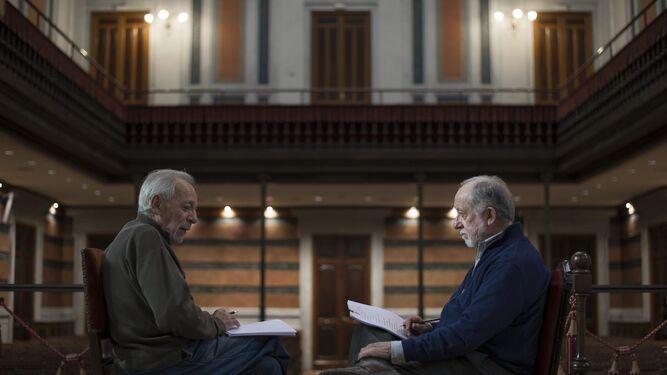 José Luis Gómez y Luis Peirano, sentados frente a frente, durante el ensayo del viernes pasado en la RAE.