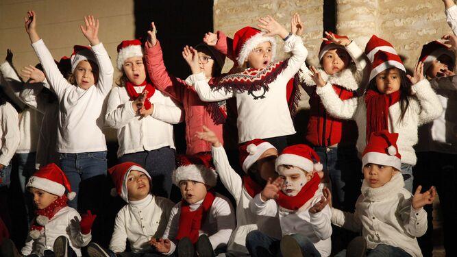 1. Cae la nieve en Lepe con gran expectación. 2 y 3. Casa de Papá Noel y árbol de navidad en la Plaza de Las Monjas de Huelva. 4. Niños con gorro  de Santa Claus en Lepe. 5. Los leperos, expectantes antes de la nevada.  6. Suelta infantil de globos en Lepe. 7. Alumbrado navideño en la capital.
