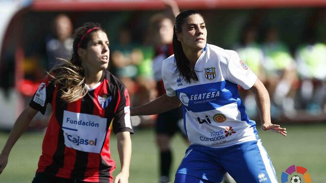Pachu y Cristina Martín-Prieto, ex del Fundación Cajasol y autora de dos goles ayer, atentas durante una jugada.