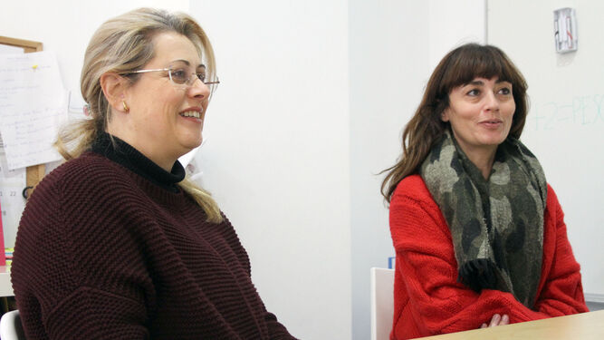 Teresa Masa -izquierda y Pilar Orrego, en la sede de la Asociación Onubense de Síndrome de Asperger.