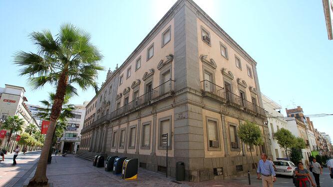 El edificio está situado en una zona de numeroso tránsito en la ciudad.