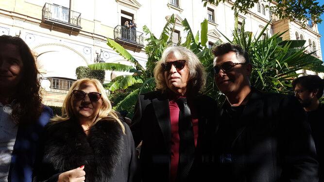Los galardonados junto a autoridades andaluzas y sevillanas y directivos del Grupo Prisa.