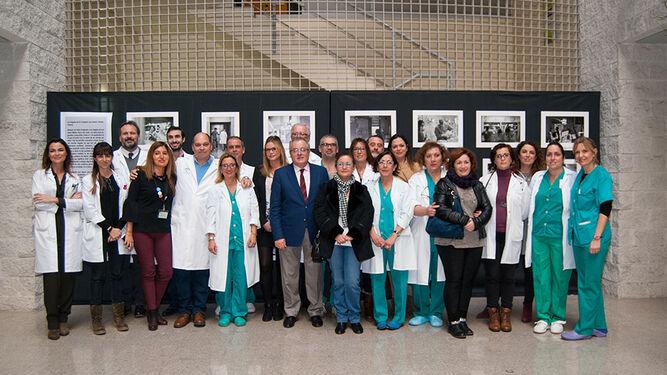 El fotógrafo con compañeros, el director gerente del hospital y el delegado de Salud. Sobre estas líneas algunas fotos de la muestra.