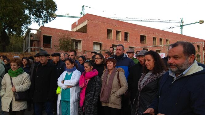 Concentración realizada ayer en la zona de entrada al Chare de la Sierra en Aracena, cuyas obras de construcción están paralizadas.
