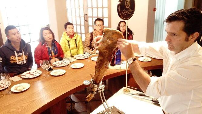 Los periodistas chinos se embelesan con Cinco Jotas
