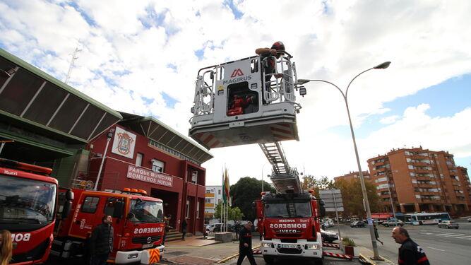 La nueva autoescala que ayer se incorporó a la flota de los bomberos y que puede alcanzar los 42 metros de altura.