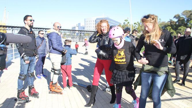La niña onubense, acompañada por otros amantes del patinaje en el Paseo de la Ría.