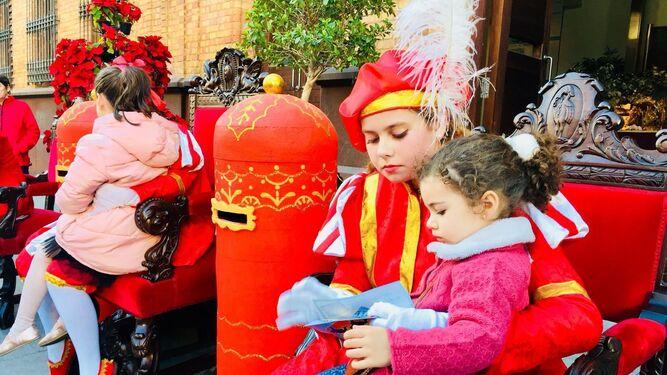 Los carteros reales recogen las cartas de los más pequeños para sus Majestades los Reyes Magos en Nerva en la tarde de ayer.