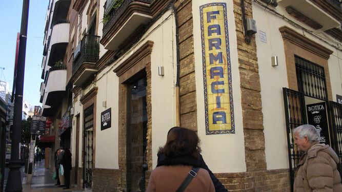 El azulejo se encuentra en la fachada de un emblemático edificio de la calle Mora Claros, la antigua de la Botica.
