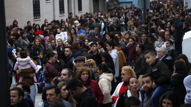 Numerosas personas se concentran para ver a los Reyes Magos.
