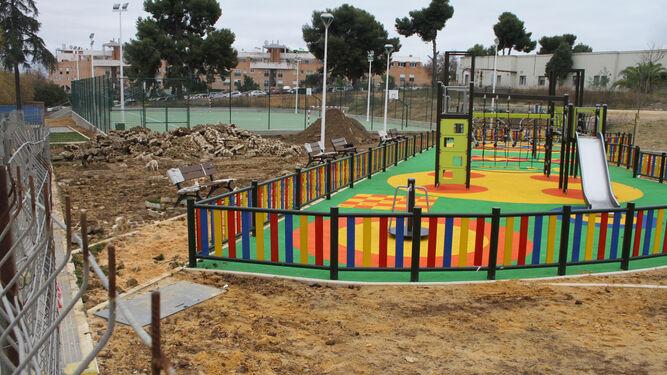 Pavimento levantado ayer por una máquina excavadora en una zona verde ubicada entre las pistas deportivas y el parque infantil.