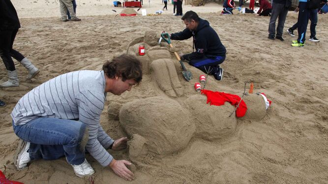 1 A 6. Diferentes muñecos realizados con la arena de la playa en Islantilla y elaborados por vecinos, sobre todo numerosos menores. La creatividad y la imaginación funcionan como claves.