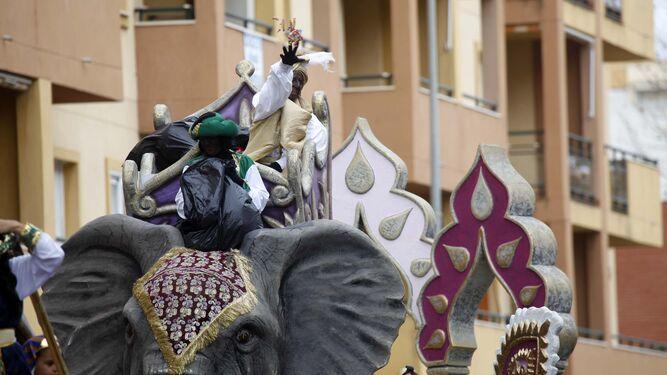 Los Reyes Magos llegan en barco a la localidad fronteriza de Ayamonte, donde les espera numeroso público.