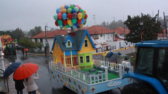 Una de las carrozas del cortejo de Minas de Riotinto vacía y de regreso al punto de partida a causa de la lluvia.