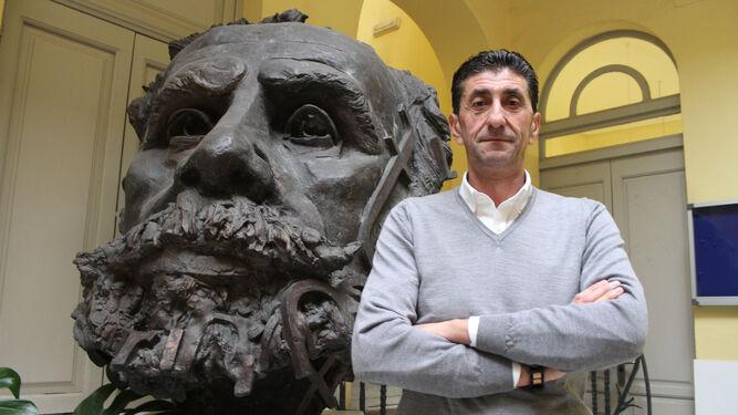 Sebastián Donaire posa junto al busto de Pablo Iglesias que se encuentra en la sede provincial de UGT.