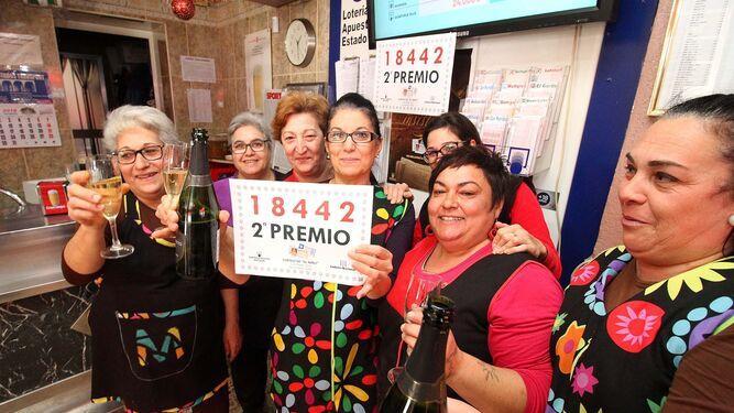 Propietarias y trabajadoras del bar Casa Ramos, en la avenida de Andalucía de Niebla, celebran que el premio haya recaído en cuatro clientes del negocio.