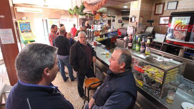 Muchos acudieron ayer al bar para comentar el sorteo y prepararse para el almuerzo de Reyes.