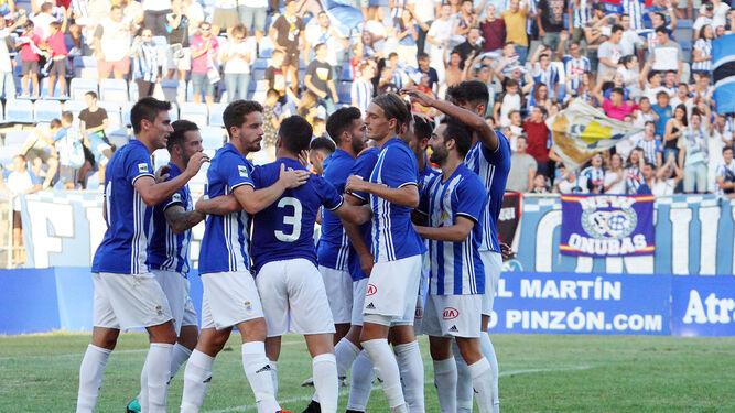 La plantilla recreativista se abraza tras el gol logrado contra El Ejido en Huelva.